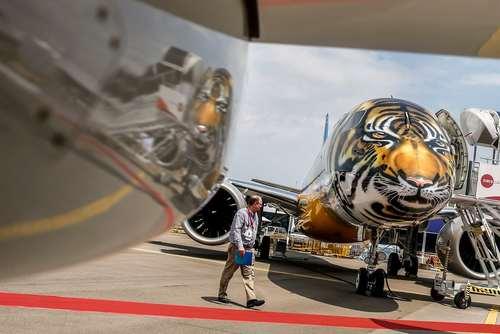 رنگآمیزی یک هواپیما در نمایشگاه سالانه هوایی در سنگاپور