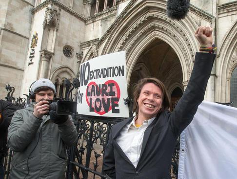 شادمانی یک هکر بریتانیایی از حکم دادگاهی در لندن به عدم استرداد او به آمریکا برای محاکمه به اتهام هک کردن سایت های بانک مرکزی آمریکا، پلیس فدرال و ناسا/ لندن