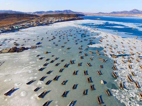 قایق های ماهیگیری روی دریاچه یخزده