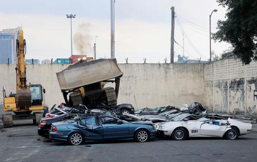 معدوم کردن خودروهای لوکس قاچاقی به فیلیپین . ارزش این خودروها 1.2 میلیون دلار است- مانیل / عکس: رویترز