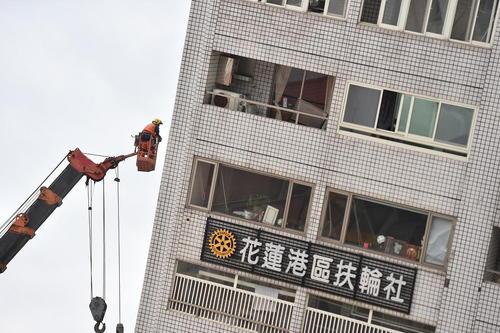 امدادرسانی به ساکنان ساختمانی کجشده در زلزله 6.5 ریشتری دیروز در تایوان. در این زلزله 4 نفر کشته، 200 نفر مجروح و 170 نفر مفقود شده اند./عکس: شینهوا