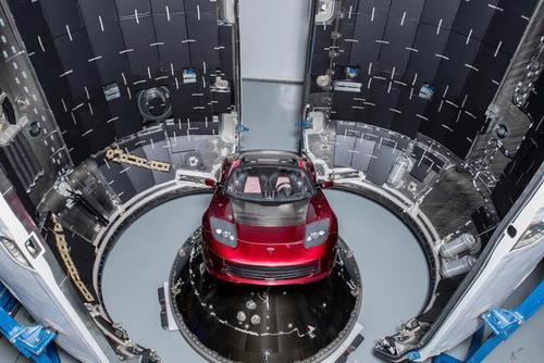 خودروی تسلا مدیر عامل شرکت اسپیس ایکس که راهی مدار فضا شده است