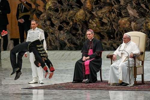 نمایش هنرمندان سیرک در مقابل پاپ فرانسیس در جلسات موعظه هفتگی پاپ در چهارشنبهها – واتیکان