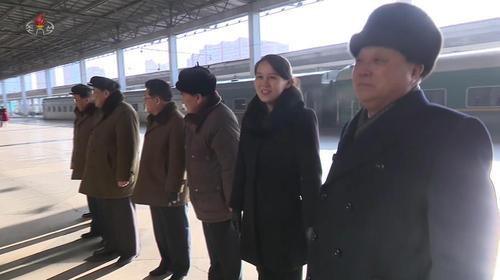 خواهر رهبر کره شمالی در ایستگاه قطار شهر پیونگ یانگ و در حال عزیمت به همسایه جنوبی برای المپیک زمستانی