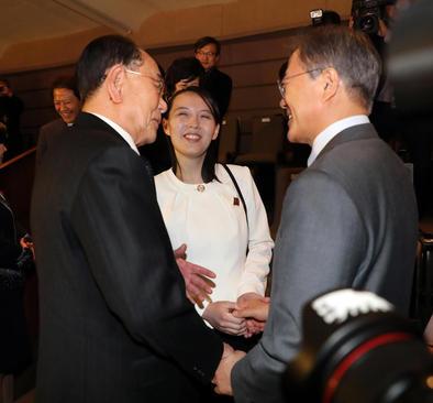 دیدار خواهر رهبر کره شمالی با رییس جمهور کره جنوبی- فرد سمت راست تصویر- در حاشیه کنسرت یک گروه موسیقی کره شمالی در شهر سئول