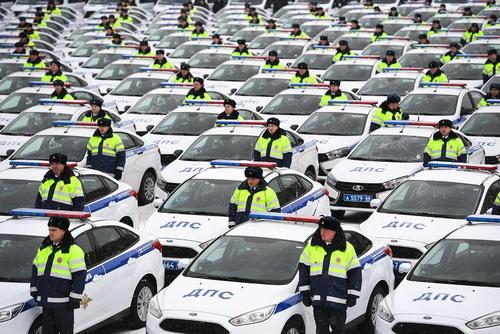 اعطای صدها خودروی جدید به نیروهای پلیس روسیه به منظور پشتیبانی از تامین امنیت مسابقات جام جهانی فوتبال در تابستان سال آینده