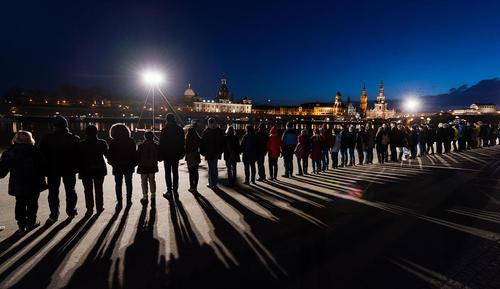 مراسم گرامیداشت یاد قربانیان در هفتادوسومین سالگرد بمباران گسترده شهر درسدن آلمان- در دوران جنگ دوم جهانی- و کشته شدن 25 هزار نفر در جریان بمباران