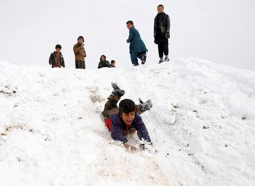 بازی پسربچهها در برف کابل