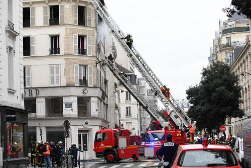 عملیات اطفاء آتشسوزی در مرکز شهر پاریس
