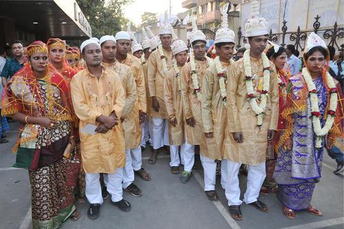مراسم ازدواج گروهی 160 زوج هندو، مسلمان و مسیحی در شهر کلکته هند در روز ولنتاین