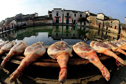 خشک کردن ران خوک در روستایی در چین