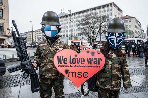 تظاهرات فعالان ضد جنگ همزمان با برگزاری کنفرانس امنیتی مونیخ