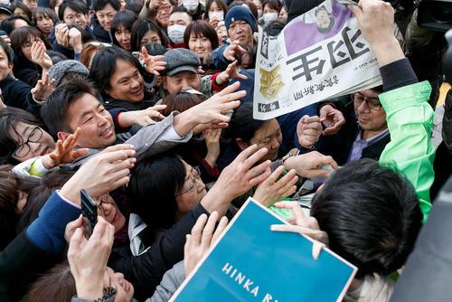 توزیع روزنامه چاپ فوق العاده در مرکز شهر توکیو ژاپن با خبر پیروزی
