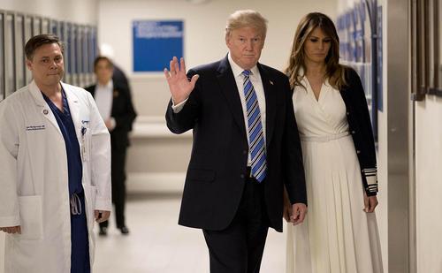 بازدید دونالد ترامپ و همسرش از بیمارستان محل بستری زخمیهای تیراندازی اخیر در دبیرستانی در منطقه