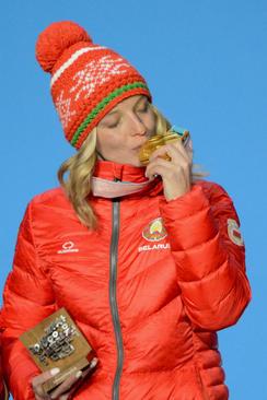 بوسه اسکیباز بلاروسی بر مدال طلای مسابقات المپیک زمستانی پیونگ چانگ در کره جنوبی