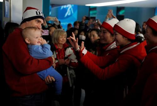 مواجهه دوستانه طرفداران تیمهای ورزشی کره شمالی و آمریکا در المپیک زمستانی پیونگ چانگ کره جنوبی / عکس: رویترز