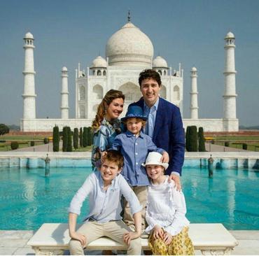 بازدید نخست وزیر کانادا به همراه همسر و فرزندانش از بنای تاریخی  تاج محل در ایالت آگرا هندوستان