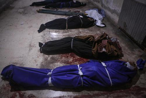 اجساد قربانیان حملات هوایی جنگنده های دولت سوریه به غوطه شرقی دمشق/ شهر دوما / عکس: سامر بویدانی خبرگزاری DPA