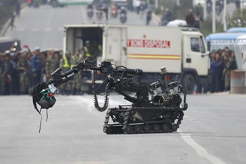 روبات خنثی سازی بمب ارتش نپال در حال جابجایی یک بمب جاسازی شده در یک کوله پشتی در کاتماندو