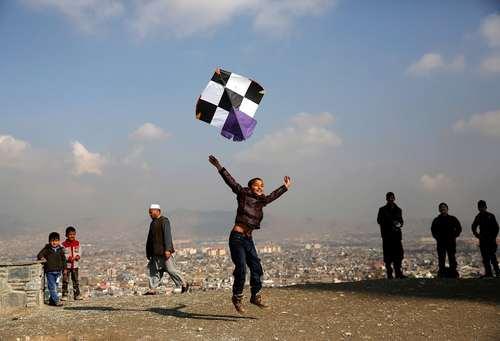 بادبادک بازی کودکان در بام شهر کابل