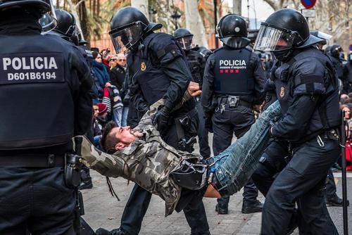 دستگیری تظاهراتکنندگان استقلالطلب از سوی پلیس اسپانیا در شهر بارسلونا اسپانیا
