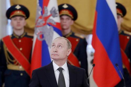 ولادیمیر پوتین رییس جمهوری روسیه در مراسم اعطای جوایز سالانه به شخصیتها در