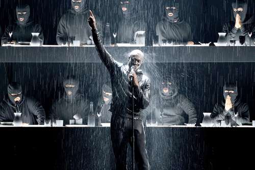 اجرای برنامه یک خواننده در جوایز موسیقی 2018 بریتانیا در لندن