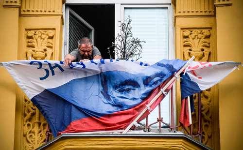 برافراشتن پرچم منقش به تصویر ولادیمیر پوتین در بالکن خانه ای در مسکو از سوی یکی از هوادارانش در آستانه انتخابات ریاست جمهوری آتی روسیه