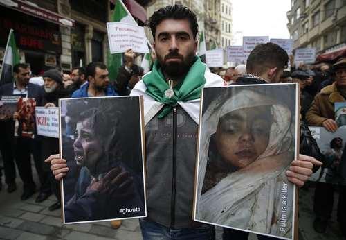 تظاهرات در مقابل کنسولگری روسیه در شهر استانبول ترکیه در محکومیت حملات هوایی علیه غیر نظامیان در منطقه غوطه شرقی شهر دمشق سوریه/ عکس: آسوشیتدپرس