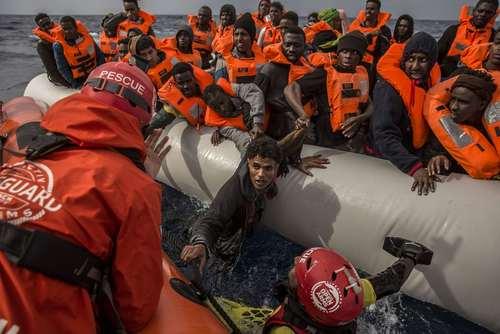 نیروهای امداد و نجات اسپانیا در حال نجات دهها پناهجوی روی قایق در دریای مدیترانه/ عکس: آسوشیتدپرس