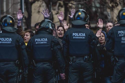 تظاهرات هزاران استقلالطلب کاتالونیایی در شهر بارسلونا اسپانیا همزمان با سفر پادشاه اسپانیا به این شهر برای شرکت در کنگره جهانی موبایل