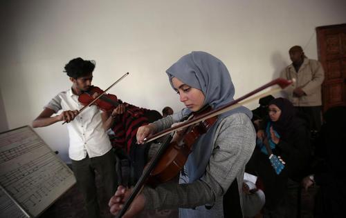 با وجود جنگ داخلی در یمن برخی کلاسهای فرهنگی در یمن همچنان دایر است. تصویر مربوط به کلاس موسیقی یک مرکز فرهنگی در شهر صنعاست./ عکس: هانی العنسی/DPA