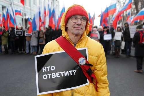 در همین تظاهرات در مسکو؛ روی پلاکارد نوشته: چه کسی مسئول است؟