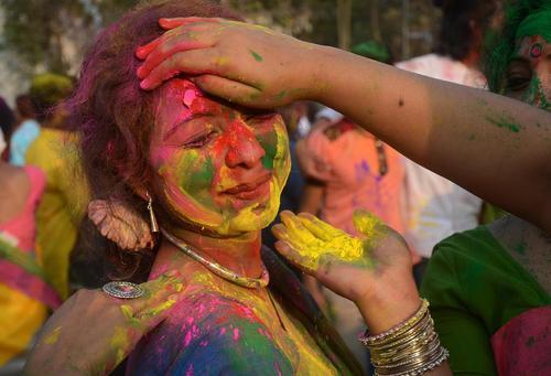 جشنواره بهاری رنگ در دانشگاهی در کلکته هند