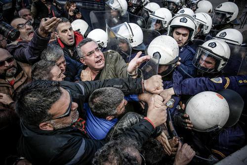 تجمع و اعتراض کارکنان شهرداری شهر آتن یونان در مقابل ساختمان پارلمان