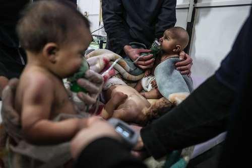 قربانیان خردسال حمله شیمیایی علیه غیر نظامیان در منطقه غوطه شرقی شهر دمشق سوریه/ عکس: محمد بدرا EPA