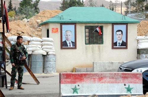 تصاویر بشار اسد و ولادیمیر پوتین در یک ایست بازرسی در منطقه وفیدین در حومه شهر دمشق سوریه/عکس: عمار سفرجلانی؛ خبرگزاری شینهوا
