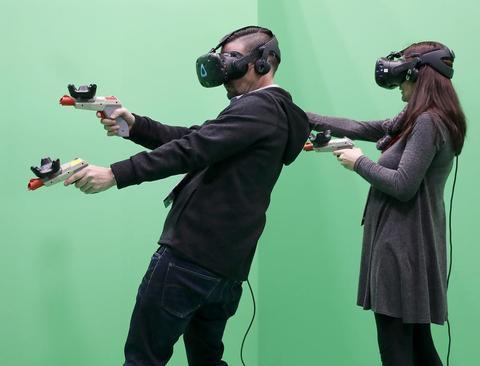 بازیهای رایانهای با استفاده از عینک واقعیت مجازی در کنگره جهانی موبایل در شهر بارسلونا اسپانیا