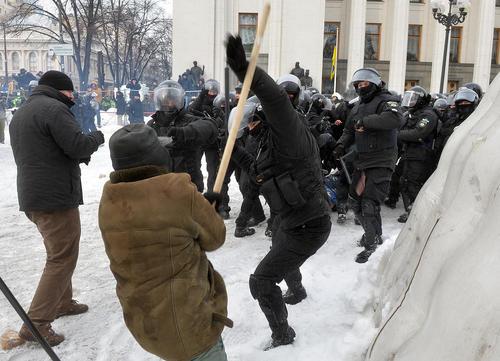 درگیری شدید مخالفان حکومت اوکراین با پلیس ضد شورش در بیرون محوطه پارلمان اوکراین در شهر کییف