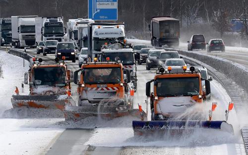 خودروهای برفروب در بزرگراهی در شهر روستوک آلمان
