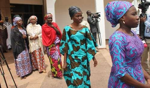 زنان گروگان آزاد شده از دست گروه تروریستی بوکوحرام در حال بازدید از کاخ ریاست جمهوری نیجریه در آبوجا/عکس: EPA