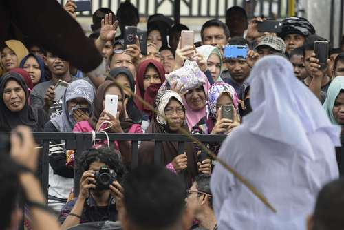 شلاق زدن در ملاء عام یک مسیحی در استان آچه اندونزی به اتهام نقض قوانین شریعت/عکس: خبرگزاری فرانسه