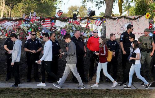 بازگشایی دوباره دبیرستان محل تیراندازی مرگبار دو هفته پیش در شهر پارکلند ایالت فلوریدا آمریکا