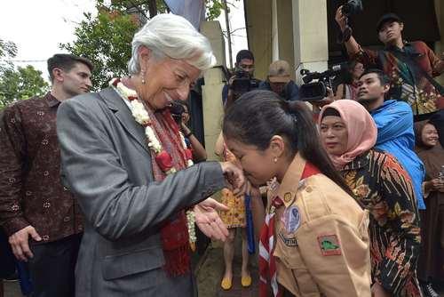 استقبال از رییس صندوق بینالمللی پول در مدرسهای در جاکارتا اندونزی/عکس: خبرگزاری فرانسه