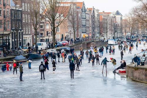اسکیت بازی روی کانالهای یخزده شهر آمستردام هلند