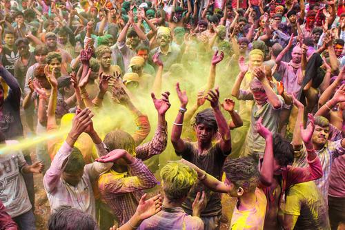 جشنواره پودر رنگ در شهر گواهاتی در ایالت آسام هند