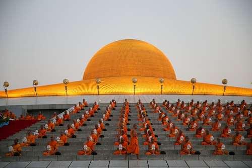 مراسم آیینی راهبان بودایی در معبدی در تایلند