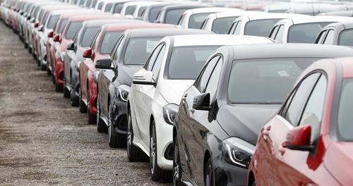 صف خودروهای اجارهای برای گردشگران در جزایر بالیاریک اسپانیا