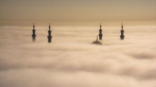 پوشیده شدن نمای مسجد جامع شیخ زاید در شهر ابوظبی امارات با مه/ عکس روز وب سایت