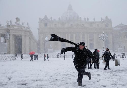 برفبازی کشیشهای کاتولیک در میدان سن پیترز واتیکان/ عکس: رویترز